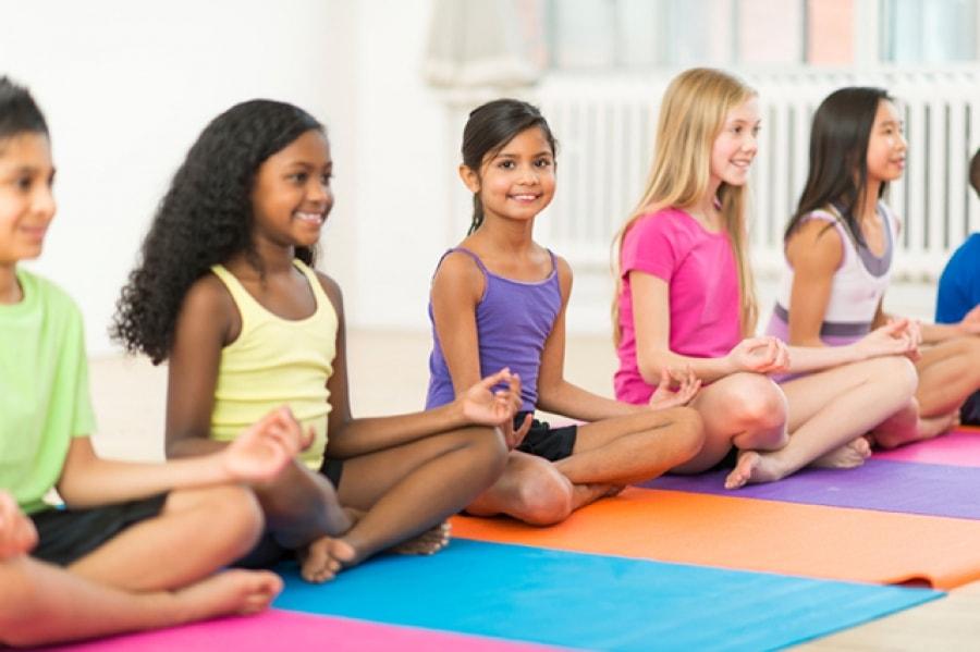 Yoga Kids: Πώς ωφελεί η yoga τα παιδιά;